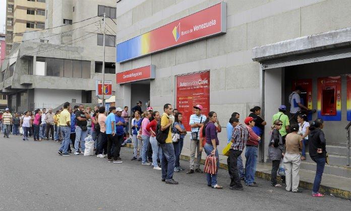 Resultado de imagen para venezuela colas en bancos del estado