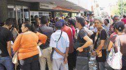 pensionados molestos por pagos de billetes de baja denominación