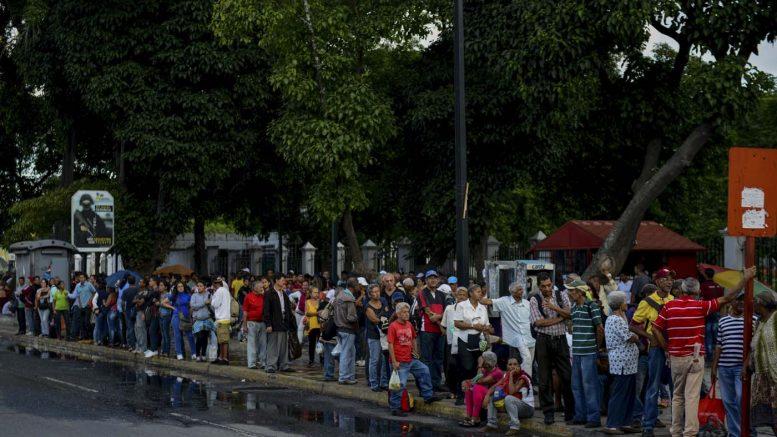 personas varadas a la espera de transporte público en Catia, Caracas